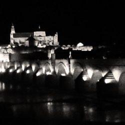 Mezquita-y-Puente-Romano-de-noche-mia-BN
